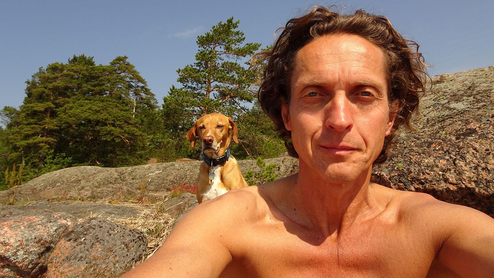 Xena und Udo genießen die warmen Sonnenstrahlen in Estland