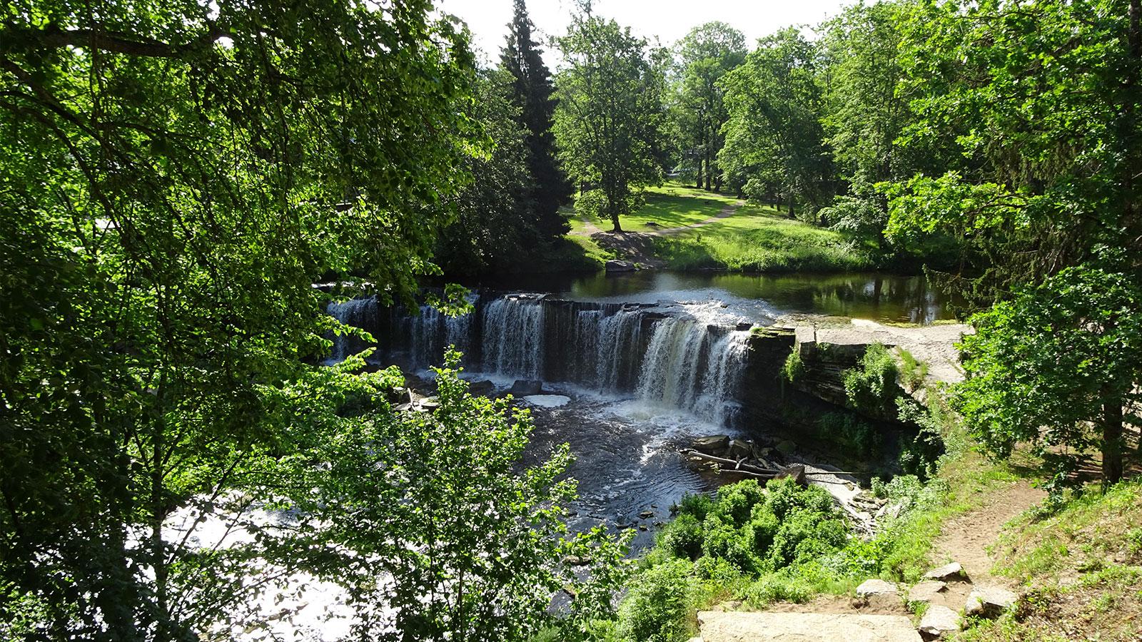 Bezaubernder kleiner Wasserfall in Estland